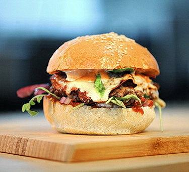 Burger-se-zapečeným-sýrem